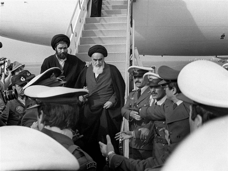 تاريخ ايراني - امام خميني در اولين لحظات بازگشت به ايران