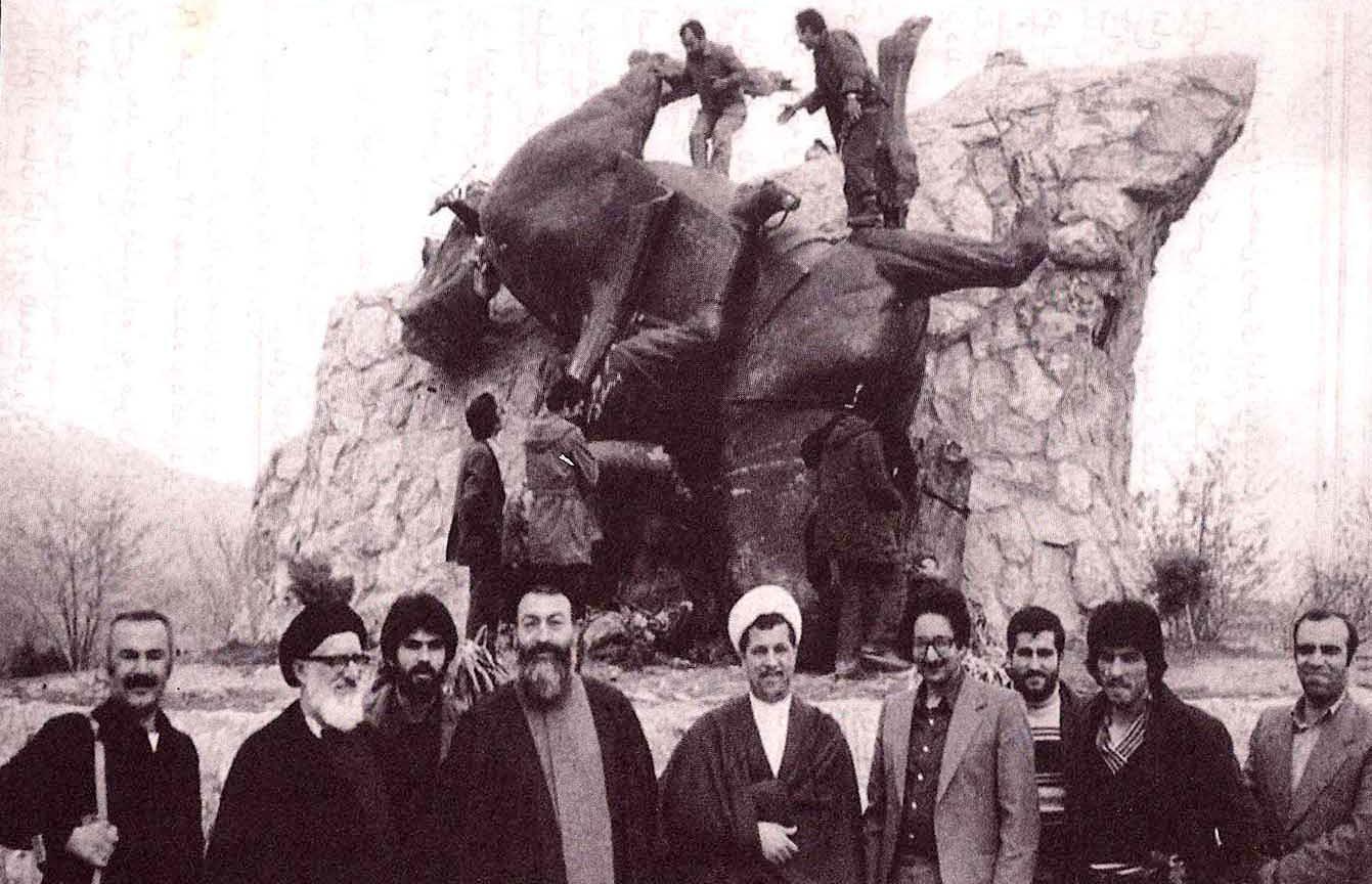 نیک رجال تاریخ ایرانی - عکس یادگاری با مجسمه سرنگونشده شاه